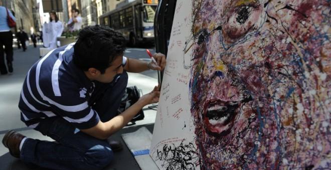 El artista neoyorquino Geoffrey Raymond pintó un retrato del ex Consejero Delegado de Bear Stearns, Jimmy Cayne, para que los empleados mostraran su enfado por el colapso de la entidad. / AFP - EMMANUEL DUNAD