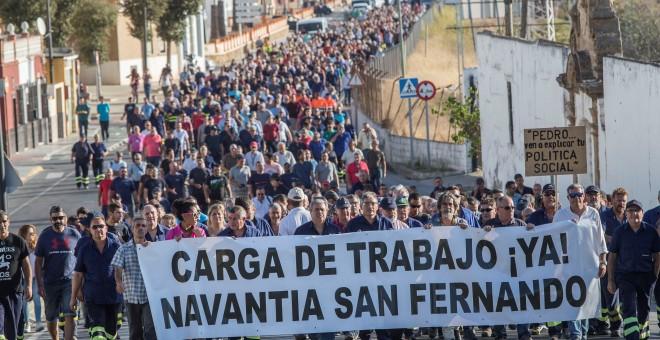 Al grito de 'si esto no se arregla, guerra, guerra, guerra' y 'Robles, si no lo arreglas, guerra' y tras una pancarta reclamando carga de trabajo, los trabajadores de la planta de Navantia de San Fernando (Cádiz) han marchado desde las puertas de la fact