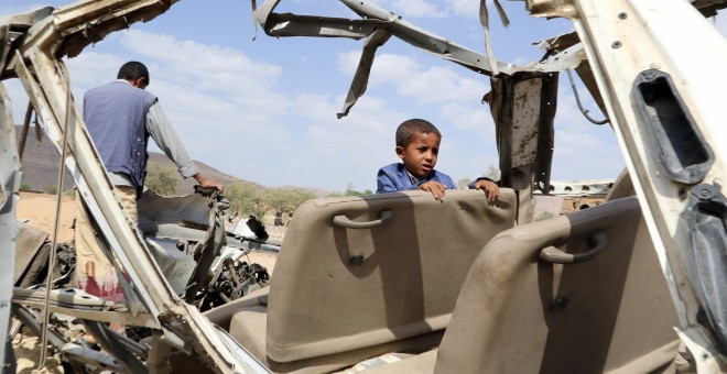 Un niño que sobrevivió al ataque en Sadaa (Yemen) sobre un bus que quedó completamente destruido  - Reuters