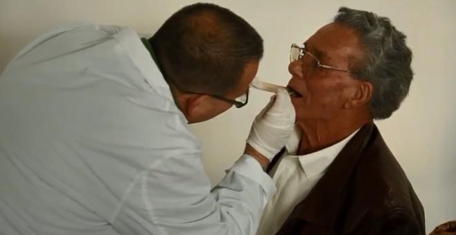 Sanitarios extraen muestras de ADN a los familiares de las víctimas de la fosa de las 17 rosas de Guillena.
