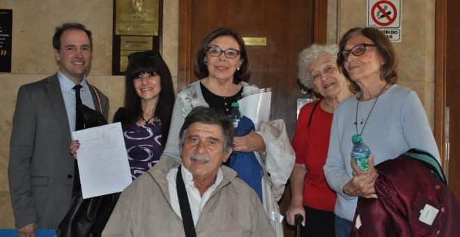 El abogado Máximo Castex (izquierda), una de las tres primeras querellantes originales (Adriana Fernández) y el fallecido abogado Carlos Slepoy frente al juzgado de Servini de Cubría, en los tribunales federales de Buenos Aires.