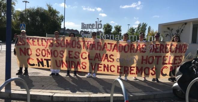 Las ocho camareras de piso de Sevilla que han puesto sobre la mesa una nueva forma de explotación laboral, ayer a las puertas del Hotel Barceló Renacimiento