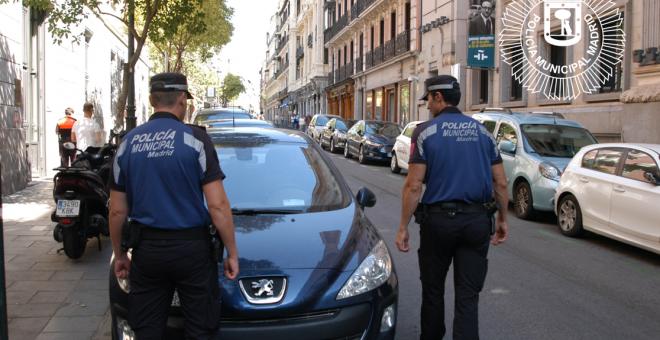 Dos agentes de la Policía Municipal patrullan por las calles del centro de Madrid. Foto Policía Municipal
