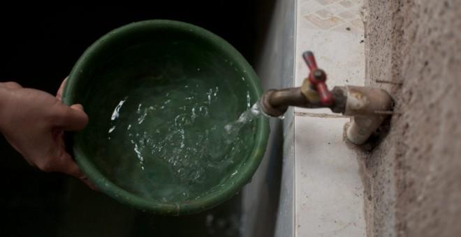 Detalle de la mano de una persona sacando agua del grifo. -  EFE/Archivo