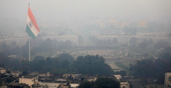 Edificios se Neva Delhi ensombrecidos por la capa de contaminación. REUTERS/Anushree Fadnavis