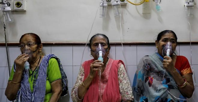 Varias mujeres reciben tratamiento de respiración asistida en un hospital en Nueva Delhi. REUTERS/Anushree Fadnavis