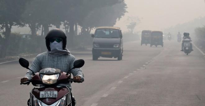 Personas conduciendo en Nueva Delhi. REUTERS/Altaf Hussain
