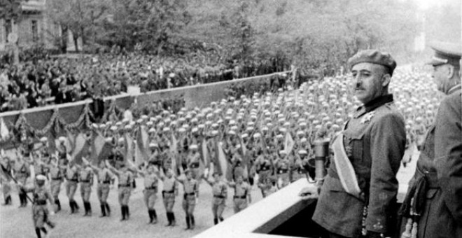 Franco en el primer desfile de la Victoria. Ese mismo día se le concedió la mayor distinción militar del Ejército español