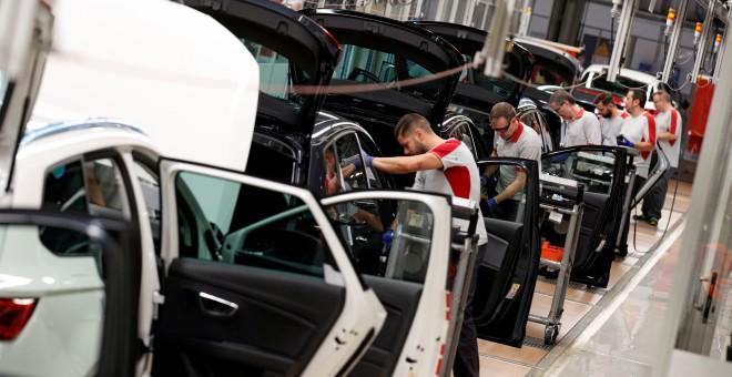TRabajadores en la cadena de montaje de la factoría de Seat en Martorell, cerca de Barcelona. REUTERS/Albert Gea