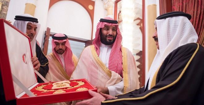 El príncipe heredero saudí recibe un regalo del rey bahreiní Hamad bin Isa Al Khalifa en Manama. / SAUDI ROYAL COURT - REUTERS