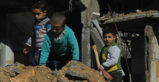 Fotograma del corto documental nominado a los Goya 'Gaza. Una mirada a los ojos de la barbarie' en el que varios niños juegan en una vivienda en ruinas. /El Retorno Producciones