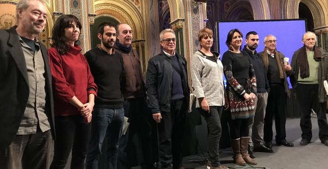 Algunos de las 15 vícitmas del torturador Benjamín Solsona junto a diferentes personas que les apoyan jurídica y políticamente. | Europa Press