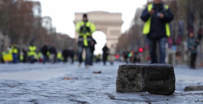Un adoquín levantado en los Campos Elíseos de París.- EFE/Ian Langsdon