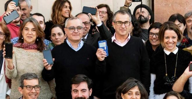 Los periodistas del 'Diario de Mallorca' concentrados a las puertas del diario como protesta por la incautación ayer del teléfono móvil de uno de sus redactores. (CATI CLADERA | EFE)