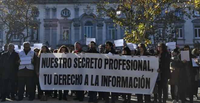 Imagen de la concentración de periodistas frente al Supremo contra los registros en Europa Press y el Diario de Mallorca. EP