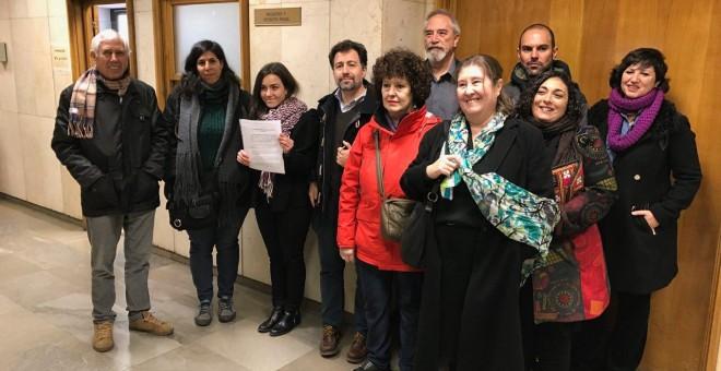 La abogada Begoña Lalana junto al alcalde, Pedro del Cura, junto a las personas que este martes han presentado la querella de esta localidad madrileña