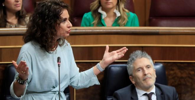 La ministra de Hacienda, María Jesús Montero, responde a una pregunta de la oposición durante la sesión de control en el Pleno del Congreso. EFE/ Fernando Alvarado
