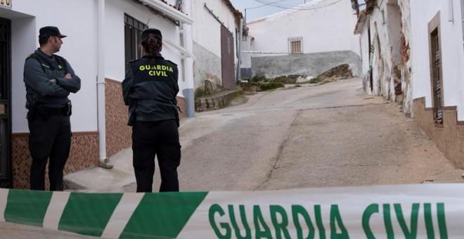 Efectivos de la Guardia Civil custodian la casa donde vive Bernardo M., detenido por su presunta implicación en el crimen de Laura Luelmo | EFE