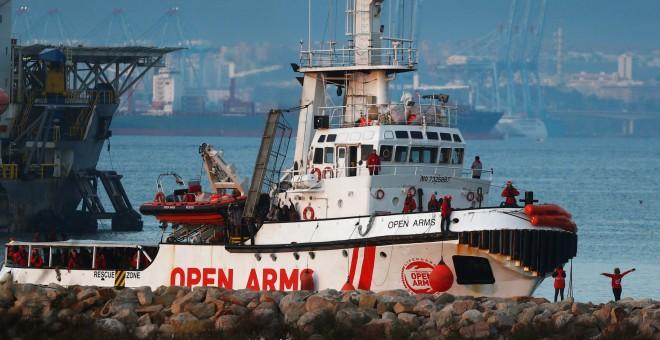 El buque de la ONG Proactiva Open Arms, en el momento de su llegada a la bahía de Algeciras (Cádiz), con más de 300 migrantes a bordo procedentes de 19 países, que fueron rescatados en el Mediterráneo.