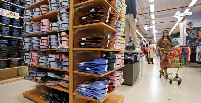 Camisas se amontonan en las estanterías de una tienda de la India. REUTERS/Rupak De Chowdhuri