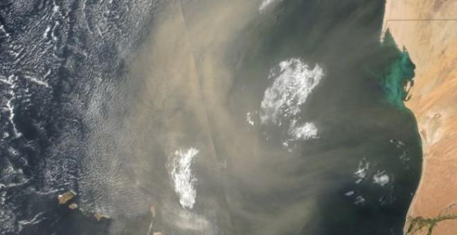 Imagen captada por la NASA que muestra una nube de polvo cuando atravesando la costa de Senegal y Cabo Verde. / NASA