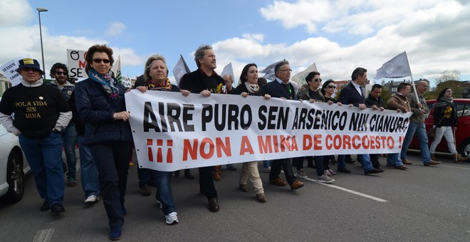 Manifestación en Carballo contra la mina de oro de Corcoesto. / SALVEMOS CABANA