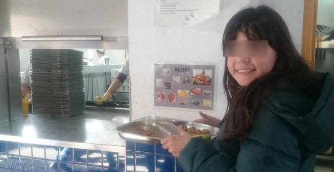 Una alumna deposita su bandeja en la cocina del comedor escolar de Hipatia, en Rivas Vaciamadrid. / PÚBLICO
