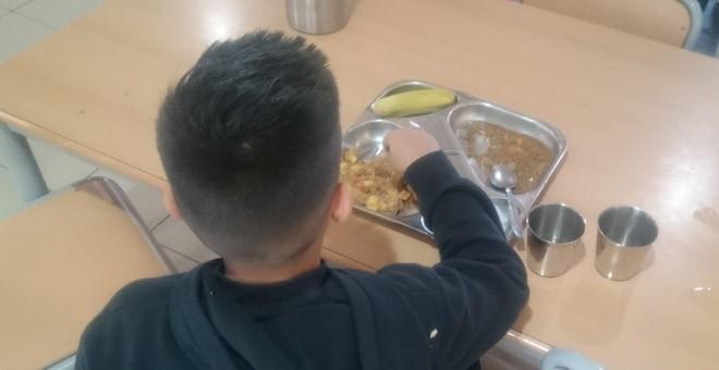 Un alumno, en el comedor del colegio Hipatia. / PÚBLICO