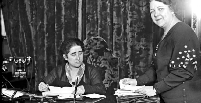 Clara Campoamor sentada en su despacho de abogada | EFE