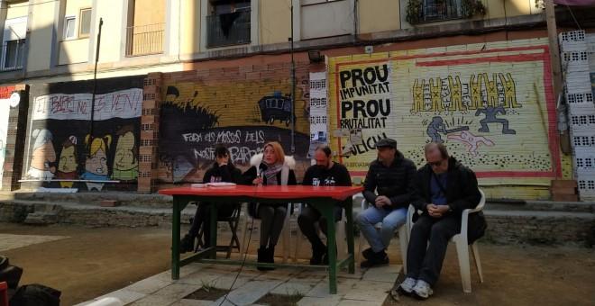 La roda de premsa dels veïns del Raval per denunciar la connivència entre els grans fons i els narcopisos. ESPERANZA ESCRIBANO