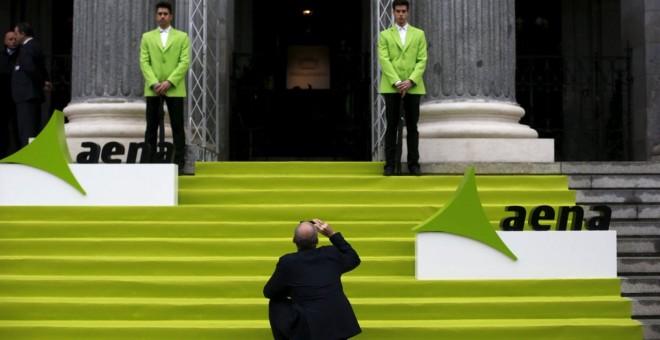 Un hombre saca una foto con su móvil en la entrada de la Bolsa de Madrid, el día en que Aena comenzó a cotizar en el mercado, en febrero de 2015. REUTERS