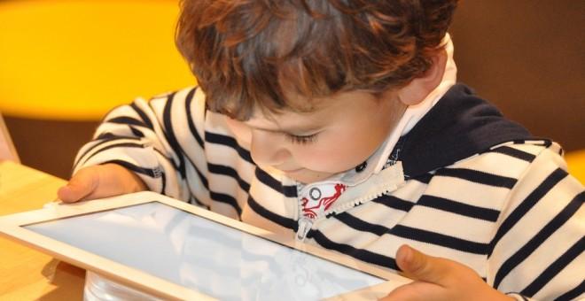 ¿Podemos estar tranquilos con lo que ven los niños en YouTube? No conviene bajar la guardia. Nadine Doerne / PIXABAY (CC0)