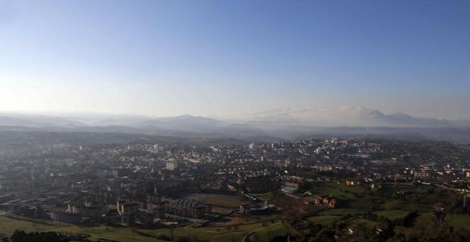 Vista del cielo contaminado de Oviedo desde el monte Naranco. EFE/José Luis Cereijido
