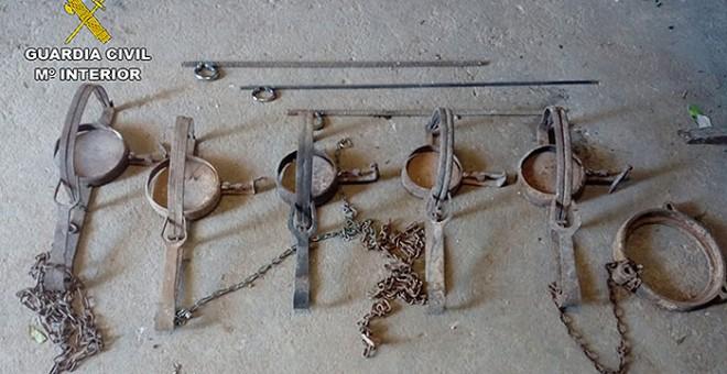 Imagen de algunos de los cepos ilegales incautados. GUARDIA CIVIL