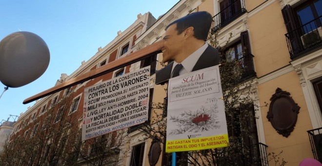 Fotografía de una pancarta de Pedro Sánchez durante la manifestación antifeminista. FERMÍN GRODIRA