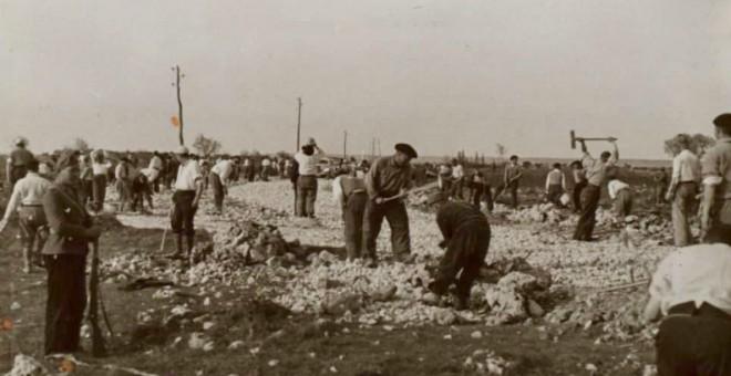 Prisioneros del campo de concentración de San Pedro de Cardeña (Burgos) trabajando en la construcción de una carretera cercana.- BIBLIOTECA NACIONAL DE ESPAÑA