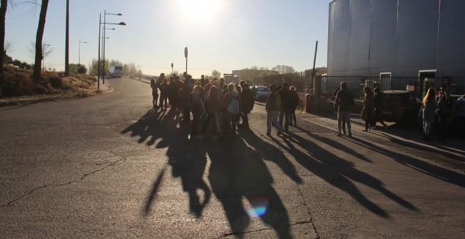 Algunos de los animalistas esperan la llegada del primer camión a la entrada del matadero./ Alejandro Tena