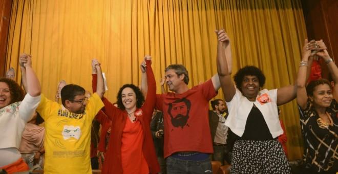 La candidata Márcia Tiburi junto a varios miembros del partido.