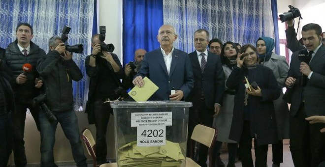Kemal Kilicdaroglu, the leader of Turkey's main opposition Republican People's Party (CHP), cats his vote for the local elections in Ankara, Turkey, 31 March 2019. Some 57 milion people will vote in local elections in Turkey's capital and the country's ov