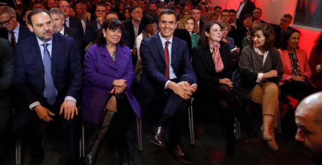 El presidente del Gobierno y secretario general del PSOE, Pedro Sánchez (c); junto al ministro de Fomento y secretario de Organización del PSOE, José Luis Ábalos (i); la presidenta del PSOE, Cristina Narbona Ruiz (2i), la vicesecretaria general del PSOE,