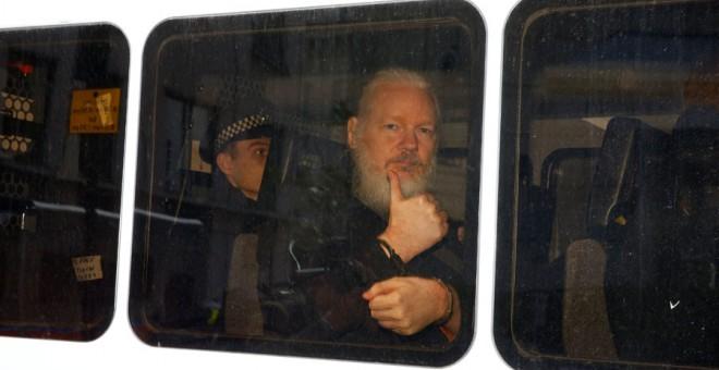 Assange, detenido en una furgoneta de la Policía. REUTERS/Henry Nicholls