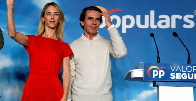 12/04/2019 - El expresidente del Gobierno y presidente de la Fundación FAES, José María Aznar (d), participa en un acto de campaña del Partido Popular, junto a la número uno al Congreso por Barcelona, Cayetana Álvarez de Toledo. EFE/Toni Albir