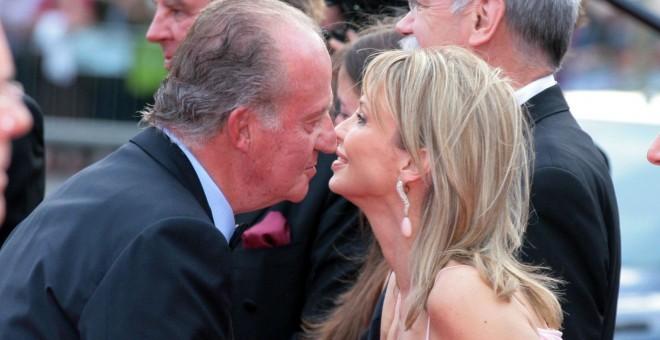 El Juan Carlos I saluda a su amiga Corinna Sayn-Wittgenstein durante un acto en 2006 | EFE/ Archivo