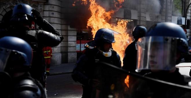 Fuego en los disturbios durante la concentración de los chalecos amarillos de este sábado en París. / EFE