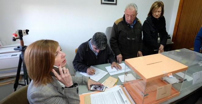Cuarenta segundos son los que han tardado en votar este domingo los seis vecinos del municipio riojano de Villarroya, que se han organizado para tardar el menor tiempo posible en introducir las papeletas en las urnas. EFE/Abel Alonso