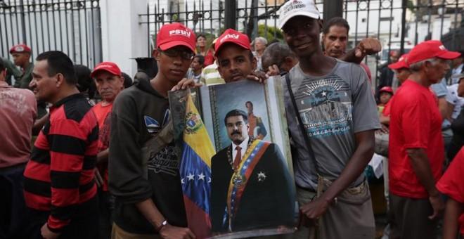 Simpatizantes del presidente Nicolás Maduro participan en una manifestación en apoyo al gobierno y celebran su victoria ante el levantamiento militar este martes, en inmediaciones del Palacio de Miraflores en Caracas (Venezuela). /EFE