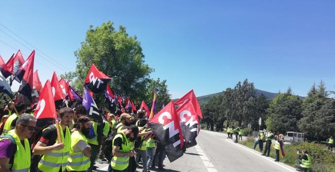 Las banderas de CNT ondean frente al Valle de los Caídos