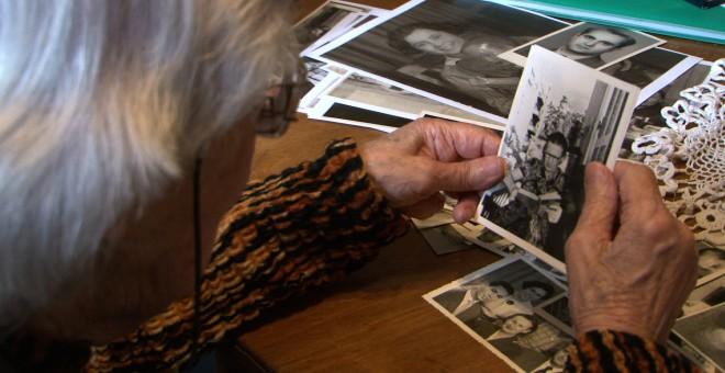 Dulia Sidiq repasando imágenes en uno de los momento del documental