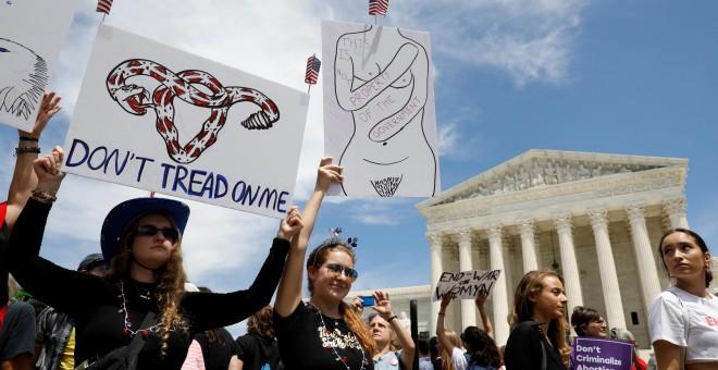 21/05/2019 - Activistas por los derechos al aborto se reúnen frente a la Corte Suprema de los EEUU, el 21 de mayo de 2019. REUTERS/ Kevin Lamarque