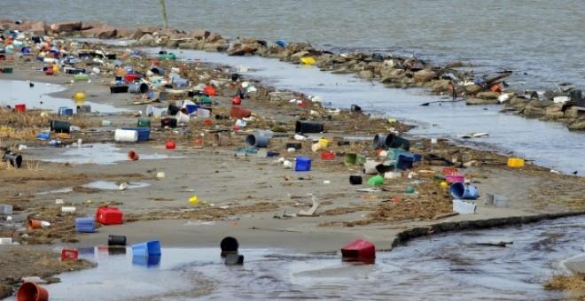 Envases de plástico en la costa. EFE